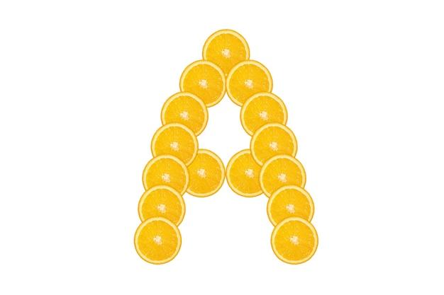 Нарезанный оранжевый алфавит - буква а. изолированный белый фон. свежие здоровые апельсиновые плоды. сочный шрифт.