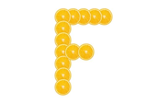 Нарезанный оранжевый алфавит - буква f. изолированный белый фон. свежие здоровые апельсиновые плоды. сочный шрифт.