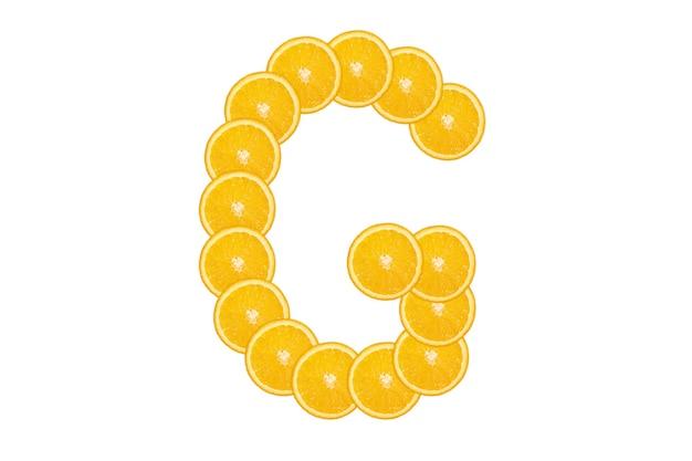 Нарезанный оранжевый алфавит - буква g. изолированный белый фон. свежие здоровые апельсиновые плоды. сочный шрифт.
