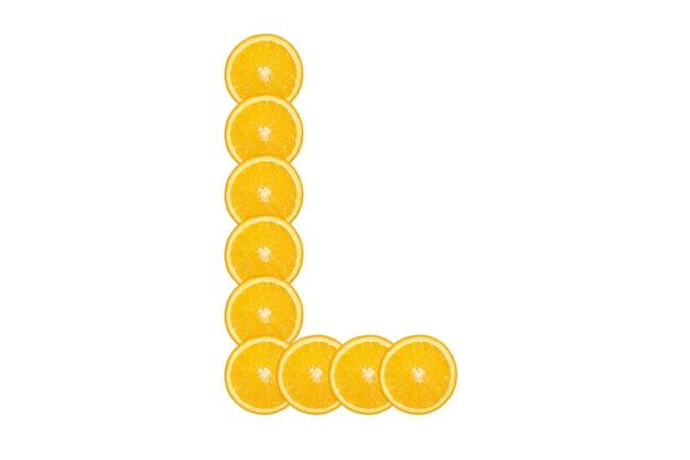 Нарезанный оранжевый алфавит - буква l. изолированный белый фон. свежие здоровые апельсиновые плоды. сочный шрифт.