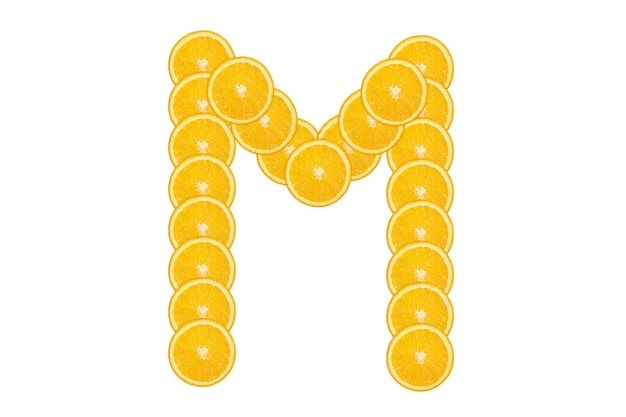 Нарезанный оранжевый алфавит - буква м. изолированный белый фон. свежие здоровые апельсиновые плоды. сочный шрифт.