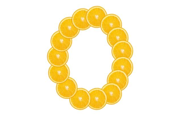 Нарезанный оранжевый алфавит - буква о. изолированный белый фон. свежие здоровые апельсиновые плоды. сочный шрифт.