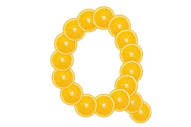 Нарезанный оранжевый алфавит - буква q. изолированный белый фон. свежие здоровые апельсиновые плоды. сочный шрифт.