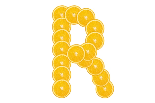 Нарезанный оранжевый алфавит - буква r. изолированный белый фон. свежие здоровые апельсиновые плоды. сочный шрифт.