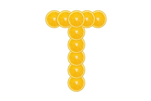 Нарезанный оранжевый алфавит - буква t. изолированный белый фон. свежие здоровые апельсиновые плоды. сочный шрифт.