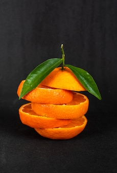 黒い表面にオレンジ色の果物をスライス