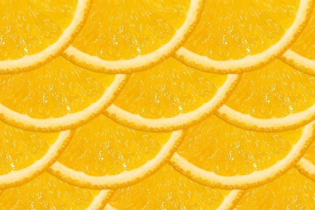 Нарезанный апельсин, как рыбья чешуя. свежие сочные фрукты, источник витамина с. яркий фон.