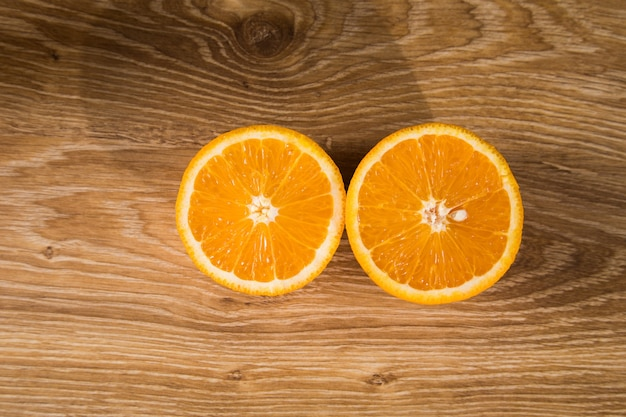 나무 테이블에 얇게 썬 오렌지