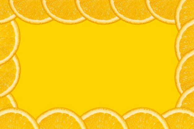 Нарезанный апельсин, желтый фон, копия пространства. свежие сочные фрукты, источник витамина с. яркий фон.