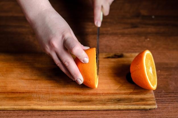 Нарезанные апельсины на деревянной доске