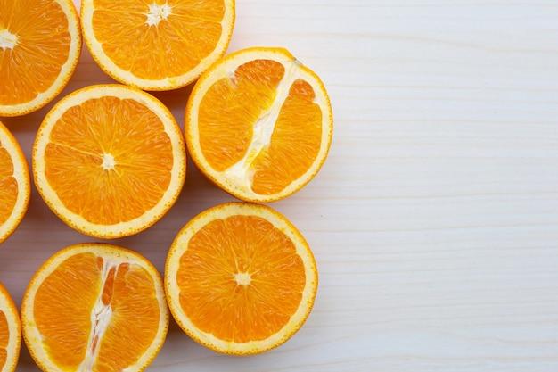 Нарезанные апельсины на столе. высокое содержание витамина с, сочное и сладкое.