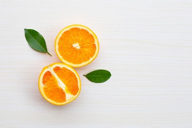 테이블 벽에 오렌지 슬라이스. 높은 비타민 c, 수분이 많고 달콤합니다.