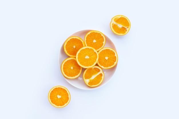 Нарезанные апельсины на белом. высокое содержание витамина с, сочное и сладкое.