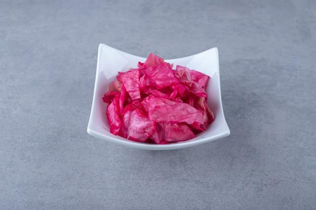 그릇에 얇게 썬 자주색 양배추