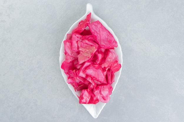 Cavolo viola raccolto affettato su un piatto da portata