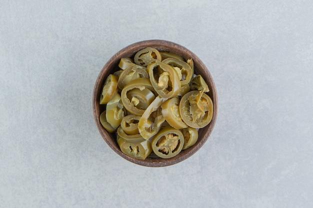 Peperoni jalapeno sottaceto affettati in una ciotola