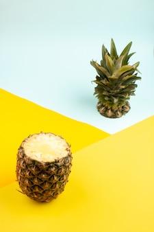 スライスされたパイナップルの新鮮な熟したまろやかな黄色とアイスブルー