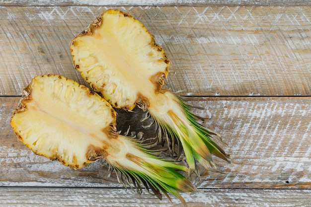 Нарезанный ананас на деревянной поверхности