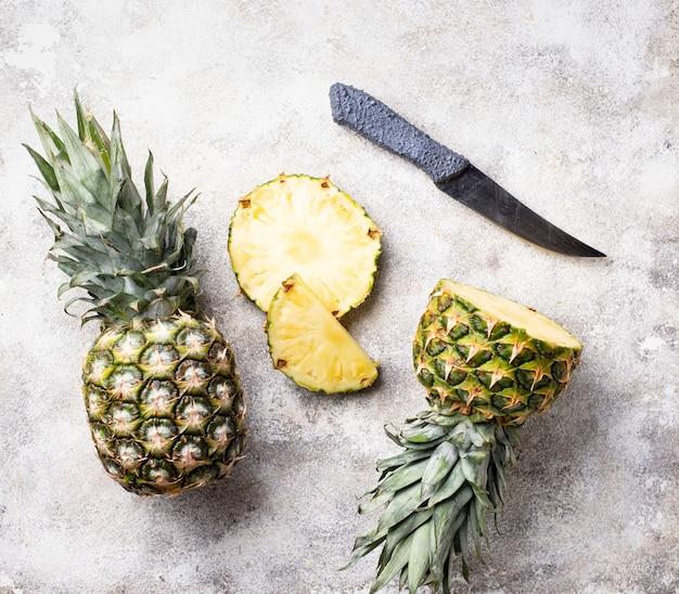 白いテーブルにパイナップルをスライス