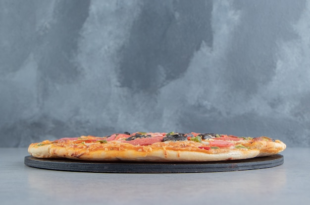 대리석에 블랙 보드에 피자 슬라이스