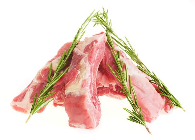 흰색 접시에 로즈마리와 돼지 갈비를 슬라이스, 분리