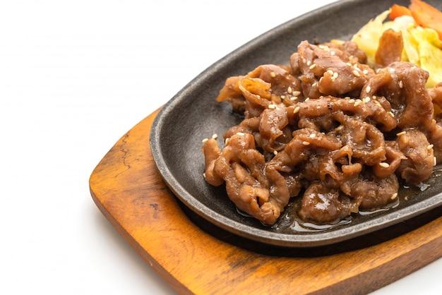핫 플레이트에 얇게 썬 돼지 고기 스테이크