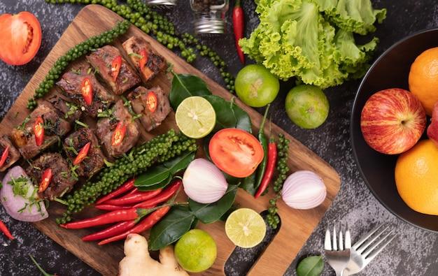 Bistecca di maiale a fette condita con sesamo bianco e semi di pepe fresco insieme.
