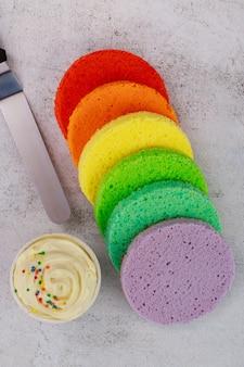 スライスしたパウンドケーキとクリーム。お祝いケーキを作るための準備。上面図。