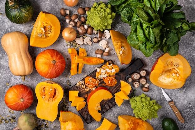다른 야채와 채소와 함께 마 보드에 호박을 슬라이스. 평면도.
