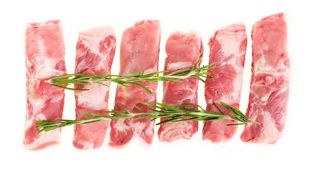 흰색 접시에 로즈마리와 함께 원시 돼지 갈비를 슬라이스, 분리