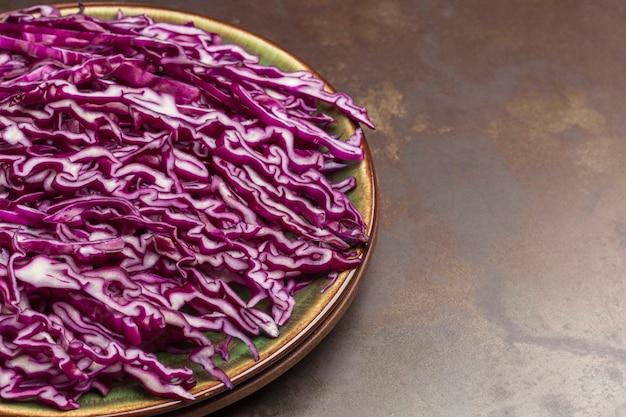 접시에 붉은 양배추를 슬라이스. 신선한 비건 음식. 확대. 공간을 복사하십시오.