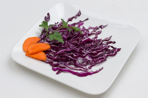 흰 접시에 붉은 양배추를 슬라이스. 건강한 다이어트 음식. 공간 복사