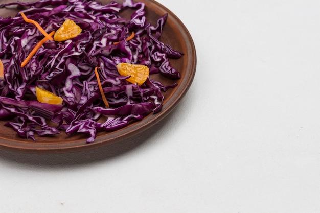 붉은 양배추, 만다린 슬라이스 슬라이스. 건강한 다이어트 음식. 확대. 복사 공간