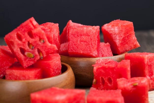 Нарезанный красный спелый арбуз крупным планом