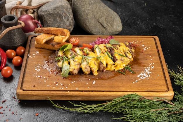치즈 소스, 야채, 밀 크루통을 곁들인 슬라이스 립아이 스테이크