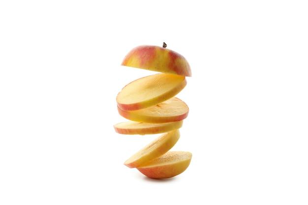 熟したリンゴの白い背景で隔離のスライス