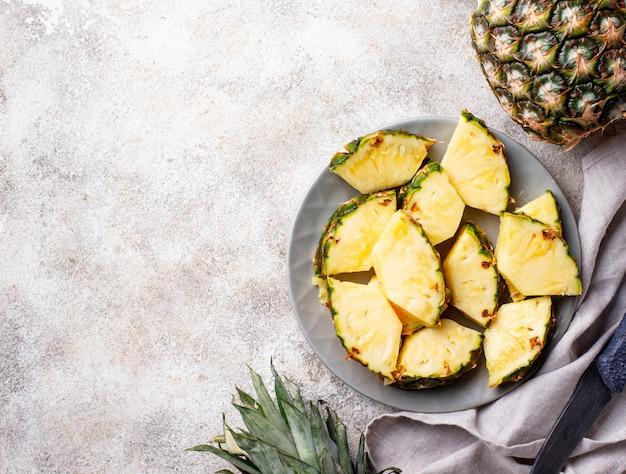 プレートに熟したパイナップルをスライス