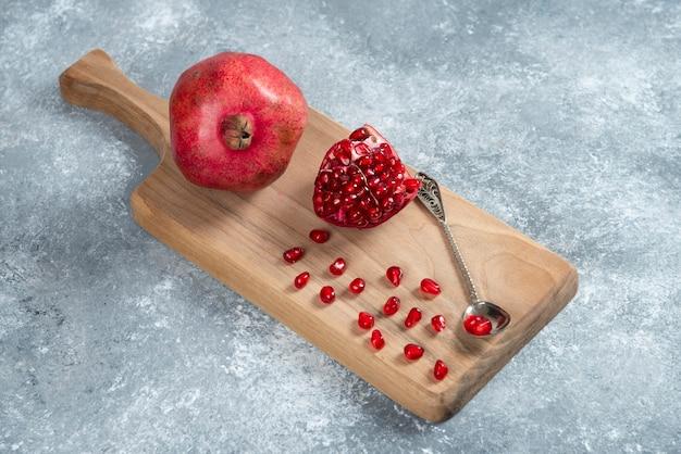 나무 보드에 잘 익은 석류를 슬라이스.