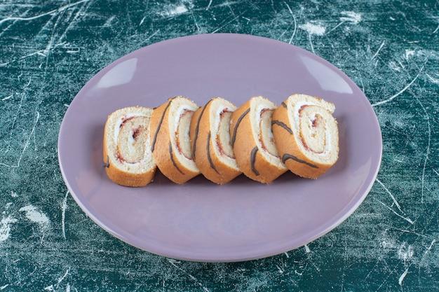 Torte a fette su un piatto, sullo sfondo blu. foto di alta qualità