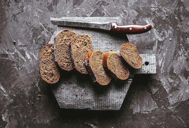 スライスした丸いこねない素朴なパン