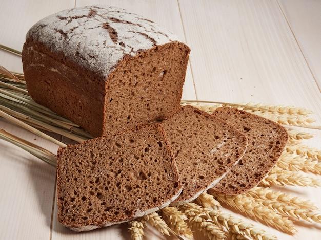 Нарезанный ржаной хлеб на деревянном фоне
