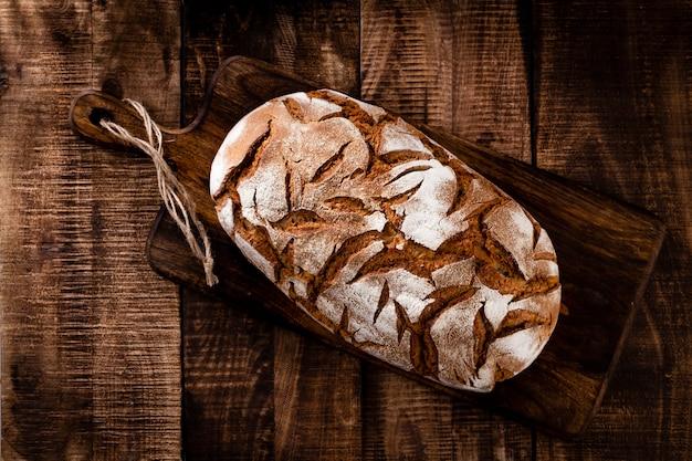 まな板、クローズアップでスライスしたライ麦パン。