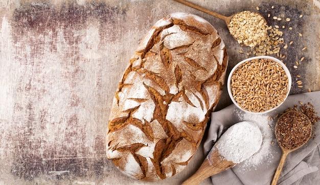 Нарезанный ржаной хлеб на разделочной доске, крупным планом ..