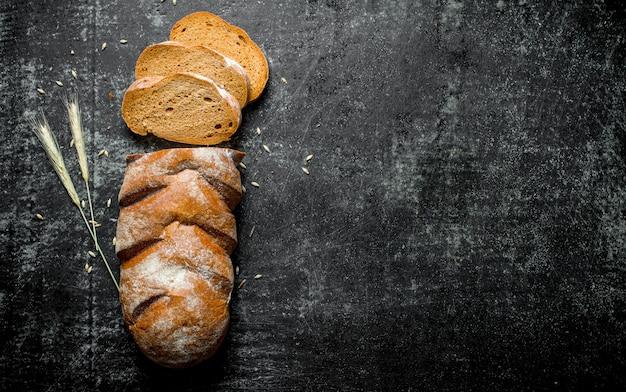 Нарезанный ржаной хлеб с колосками