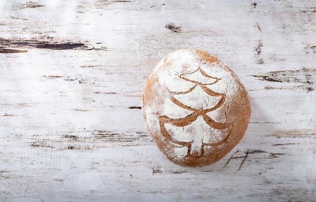 まな板、クローズアップでスライスしたライ麦のクリスマスパン。
