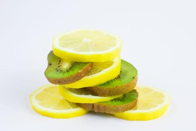 Нарезанные дольками зеленого киви и лимона. нарезка ягод