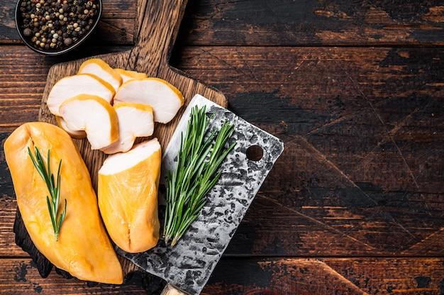 정육점 보드에 훈제 닭 가슴살 등심 고기 슬라이스