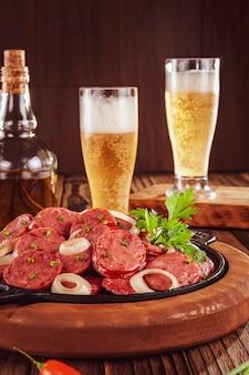 Колбаса калабрезе жареная нарезанная копченая с луком и пивом