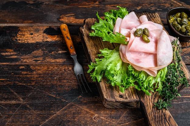 新鮮なサラダとハーブでスライスしたスモークハム。