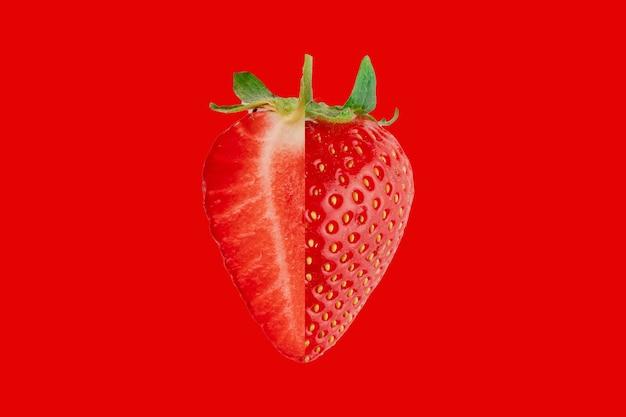 빨간색 배경에 슬라이스 딸기